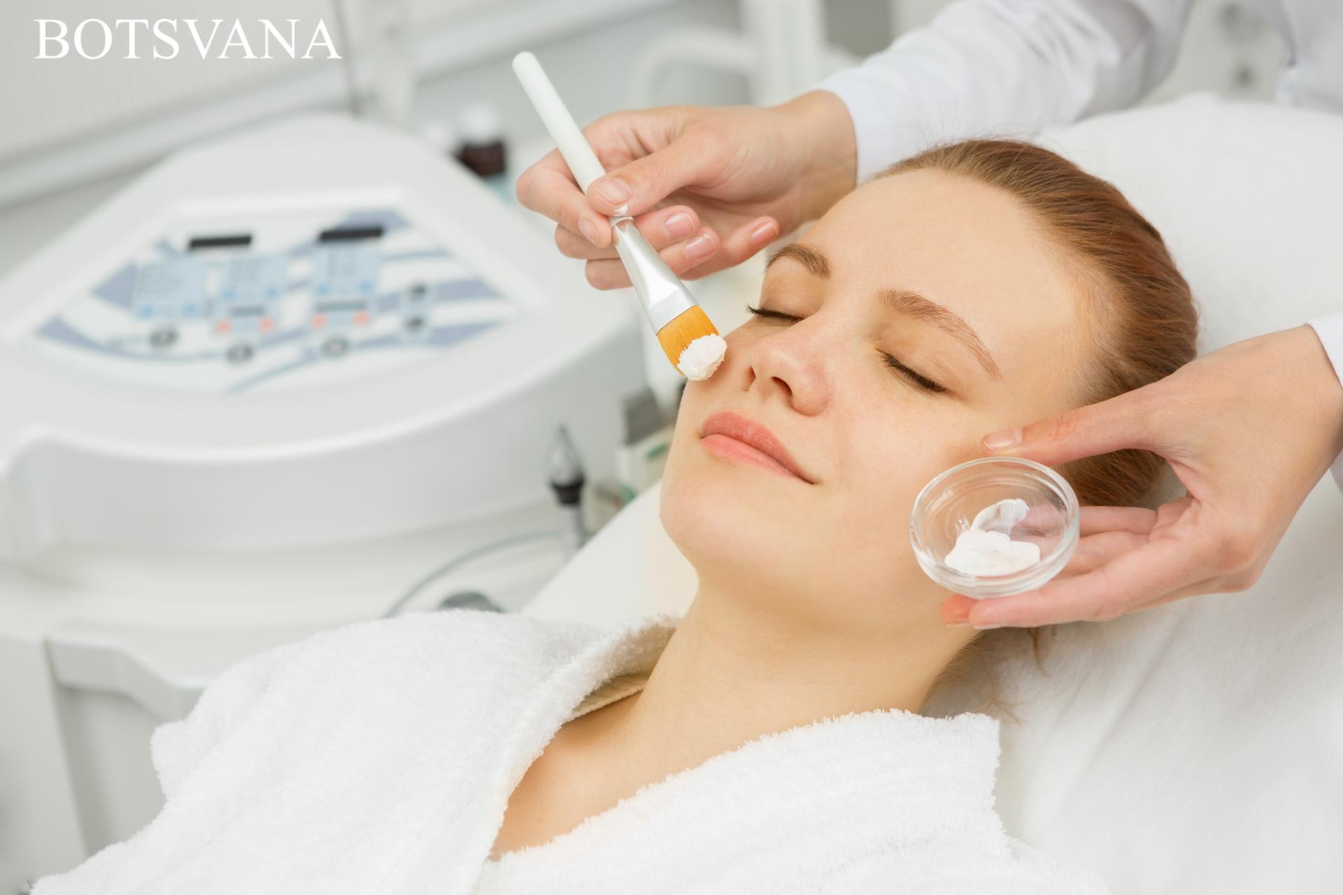 Patient receives face mask 454960 - Yüz Maskesi Nasıl Yapılır?